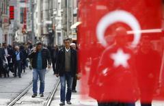 Улица Истикляль в центре Стамбула. 22 марта 2016 года. ВВП Турции вырос на 4 процента в 2015 году, превысив прогнозы, так как сильный внутренний спрос поддержал экономику, которая в последние месяцы находится под давлением в связи с  политическими проблемами и вопросами безопасности, показали официальные данные в четверг. REUTERS/Osman Orsal