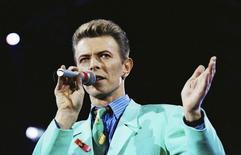 David Bowie durante apresentação em Londres.     20/04/1992    REUTERS/Dylan Martinez