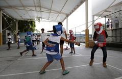 Crianças participando de projeto de esgrima em escola municipal.  30/03/2016    REUTERS/Sergio Moraes