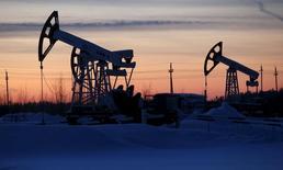Станки-качалки Лукойла на Имилорском месторождении близ Когалыма 25 января 2016 года. Цены на нефть снизились в понедельник, поскольку возможность того, что производители Ближнего Востока договорятся сдерживать перепроизводство, уменьшается, а также из-за стабильно высоких запасов в США и беспокойств о прогнозах экономик Азии.  REUTERS/Sergei Karpukhin