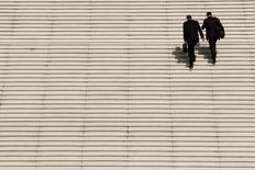 Le moral des cadres a nettement progressé le mois dernier pour retrouver son meilleur niveau depuis début 2011, selon l'enquête mensuelle de Viavoice pour HEC, Le Figaro et France Inter publiée lundi. L'indicateur reflétant leur moral a bondi de huit points en un mois pour s'établir à -27 en mars. /Photo d'archives/REUTERS/Benoît Tessier