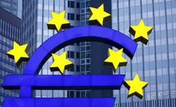 Estátua do logo do euro visto na ex-sede do Banco Central Europeu, em Frankfurt.   19/01/2016      REUTERS/Kai Pfaffenbach
