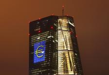 En esta imagen de archivo, la sede del BCE en Fráncfort, el 12 de marzo de 2016. La confianza en la zona euro subió en abril por primera vez este año, pero no se benefició mucho de una estabilización en la economía global ni de los estímulos del Banco Central Europeo, según el resultado de una encuesta difundida el lunes. REUTERS/Kai Pfaffenbach