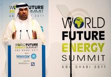 El presidente ejecutivo de Abu Dhabi National Oil Company, el Sultán al-Jaber, durante una combre energética, en Abu Dabi. 17 de enero de 2011. El presidente ejecutivo de Abu Dhabi National Oil Company dijo en declaraciones publicadas el lunes que espera un lento incremento en los precios del petróleo en el mediano plazo, mientras que los mercados comenzarían a estabilizar de nuevo la oferta y la demanda durante el 2016 y el 2017.   REUTERS/Jumana El-Heloueh