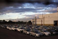 Vehículos nuevos de Ford en el estacionamiento de la compañía en Buenos Aires, mayo 22, 2014. El registro de vehículos automotores en Argentina creció un 13,1 por ciento interanual en marzo, al totalizar 55.814 unidades, dijo el lunes la Asociación de Concesionarios de Automóviles (Acara).  REUTERS/Marcos Brindicci
