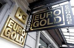 Вывеска магазина, продающего золото, в Брюсселе. 9 марта 2016 года. Золото дорожает во вторник после двух дней потерь, так как европейские фондовые индексы упали, а доллар подешевел до 17-месячного минимума по отношению к иене. REUTERS/Francois Lenoir