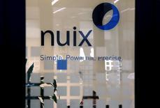 Логотип IT-компании Nuix в ее офисе в Сиднее. 5 апреля 2016 года. Программное обеспечение одного малоизвестного австралийского разработчика помогло журналистам свести в новостные заголовки огромный массив данных, публикация которых стала одной из крупнейших в истории утечек информации. REUTERS/David Gray