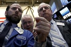 Трейдеры работают на фондовой бирже Нью-Йорка. Уолл-стрит закрылась резким спадом во вторник, так как инвесторы зафиксировали прибыль после недавнего ралли и накануне сезона квартальной отчётности, который, как ожидается, покажет значительное снижение прибылей компаний.  REUTERS/Brendan McDermid