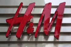 Логотип H&M на здании магазина в Майами-Бич. Шведский ритейлер одежды Hennes & Mauritz <HMb.ST> сообщил в среду о снижении прибыли до вычета налогов в первом квартале финансового года и росте предварительных продаж за март. REUTERS/Carlo Allegri