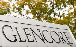 El logo de Glencore fotografiado en el frontis de la sede de la compañía en Baar, Suiza, 30 de septiembre de 2015. La minera y operadora Glencore acordó vender un 40 por ciento de su unidad agrícola al fondo de pensiones estatal de Canadá por 2.500 millones de dólares, en el último paso de la compañía por recortar su deuda y reducir las preocupaciones de los inversores sobre el impacto de los bajos precios de las materias primas. REUTERS/Arnd Wiegmann