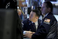 Трейдеры на фондовой бирже в Нью-Йорке. 6 апреля 2016 года. Фондовые рынки США подскочили во вторник за счёт роста акций сектора здравоохранения после отмены сделки между фармкомпаниями Pfizer и Allergan стоимостью $160 миллиардов и укрепления бумаг энергетического сектора. REUTERS/Brendan McDermid