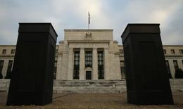 Здание ФРС США в Вашингтоне. 16 декабря 2015 года. Федрезерв США едва ли повысит процентную ставку раньше июня на фоне многочисленных беспокойств представителей регулятора в связи с ограниченными возможностями противостоять последствиям замедления роста мировой экономики, показал протокол заседания ФРС, которое состоялось 15-16 марта. REUTERS/Kevin Lamarque