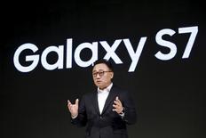 Руководитель мобильного подразделения Samsung Electronics  Ко Дон Чин представляет смартфоны Galaxy S7 и S7 Edge в Сеуле.  Samsung Electronics ожидает, что прибыль в первом квартале выросла на 10 процентов, указывая на хороший старт продаж новых смартфонов Galaxy S7, однако инвесторы опасаются, что технологическому гиганту не удастся надолго сохранить сильные показатели на фоне новых предложений конкурентов. REUTERS/Kim Hong-Ji