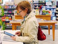 La Commission européenne a recommandé jeudi de réduire la taxation des livres numériques afin de l'aligner sur celle des livres imprimés, répondant à une demande d'harmonisation formulée de longue date par des pays comme la France et l'Allemagne. Les règles européennes en la matière permettent pour le moment d'appliquer un taux de TVA réduit aux seuls livres imprimés. /Photo d'archives/REUTERS/Brian Snyder