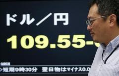 En la imagen, un empleado de una compañía de divisas junto a una pantalla electrónica que muestra los tipos de cambio entre el yen japonés y el dólar estadounidense en Tokio. 7 de abril, 2016. Los esfuerzos de Japón por controlar la apreciación del yen están chocando con una oposición cada vez más fuerte de otros países, lo que complicaría aún más el intento del Gobierno del primer ministro Shinzo Abe por sacar de la estanflación a la tercera economía más grande del mundo. REUTERS/Issei Kato