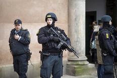 """Датские полицейские в Копенгагене 10 марта 2016 года. Полиция Дании в четверг арестовала четырех человек, которые предположительно были завербованы радикальной группировкой """"Исламское государство"""" в Сирии для совершения атак, в ходе операции сразу по нескольким адресам в пригороде Копенгагена. REUTERS/Emil Hougaard/Scanpix Denmark/Files"""