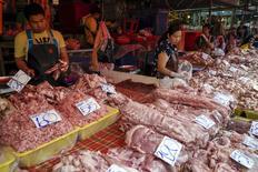 Рынок в Бангкоке. 31 марта 2016 года. Рост мировой торговли составит 2,8 процента в 2016 году, ниже предыдущего прогноза в 3,9 процента, сообщила Всемирная торговая организация (ВТО) в четверг. REUTERS/Athit Perawongmetha