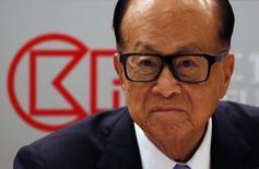 Hutchison, contrôlé par l'homme d'affaires Li Ka-shing, a accepté de conclure des accords de partage de réseaux avec Sky et Virgin Media pour tenter d'apaiser les craintes que suscite au sein des autorités européennes son projet de rachat de l'opérateur mobile O2, selon des sources proches du dossier. /Photo prise le 17 mars 2016/REUTERS/Bobby Yip