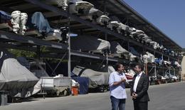 Ministro do Esporte, Ricardo Leyser (direita), ao lado do prefeito do Rio de Janeiro, Eduardo Paes, na Marina da Glória, RJ.    07/04/2016    REUTERS/Ricardo Moraes