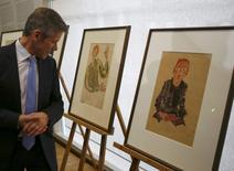 Ministro da Cultura austríaco, Josef Ostermayer, ao lado de obras de Egon Schiele, em Viena.   07/04/2016        REUTERS/Leonhard Foeger