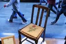 Cadeira de madeira usada por J.K. Rowling vista em casa de leilões em Nova York.  04/04/2016      REUTERS/Lucas Jackson -