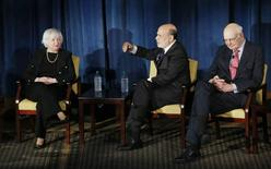 Foto del jueves de la presidenta de la Reserva Federal Janet Yellen (I) y los ex jefes del banco central Ben Bernanke (C) y  Paul Volcker (D) en un evento en Nueva York. Abr 7, 2016. La economía de Estados Unidos está en un rumbo firme y todavía en un camino que aún justifica más alzas de tasas de interés, dijo el jueves la presidenta de la Reserva Federal, Janet Yellen. REUTERS/Kathy Willens/Pool