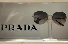 Очки Prada в магазине в Риме 30 марта 2016 года. Итальянский производитель товаров класса люкс Prada SpA отчитался в пятницу о падении квартальной прибыли на 27 процентов из-за слабых продаж в Китае, снизившихся на фоне замедления роста экономики страны и жестких мер против расточительности официальных лиц. REUTERS/Max Rossi