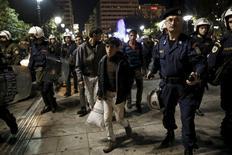 Imigrantes e policiais vistos no porto de Pireu.    06/04/2016        REUTERS/Alkis Konstantinidis