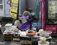 Женщина продает продукты в Киеве 3 марта 2016 года. Инфляция на Украине замедлилась в марте 2016 года до 20,9 процента в годовом выражении с 32,7 процента в предыдущем месяце, сообщила Государственная служба статистики в пятницу. REUTERS/Gleb Garanich
