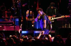 Springsteen durante show em Los Angeles. 17/3/2016. REUTERS/Mario Anzuoni