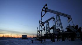 Нефтяные насосы на месторождении Имилорское. Цены на нефть повысились в понедельник, продолжив резкий рост, который наблюдался на прошлой неделе на фоне сокращения запасов и снижения буровой активности в США, поддерживаемые также отключениями электроснабжения на нефтяных промыслах и надеждами на соглашение между основными экспортёрами о заморозке мировой добычи. REUTERS/Sergei Karpukhin/Files