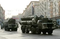 Пусковая установка комплекса С-300 в центре Москвы во время репетиции военного парада. 4 мая 2009 года. Россия отправила в Иран первую партию зенитно-ракетных комплексов С-300, сообщило агентство Tasnim со ссылкой на представителя иранского МИД Хуссейна Джабера Ансари. REUTERS/Alexander Natruskin