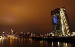 En la imagen, las sede del Banco Central Europeo(BCE)  iluminado con una señal del euro en Fráncfort, Alemania, el 12 de marzo 2016.La discusión en Alemania sobre la efectividad de la política monetaria del Banco Central Europeo es legítima, dijo el lunes el portavoz del Ministerio de Finanzas. REUTERS/Kai Pfaffenbach