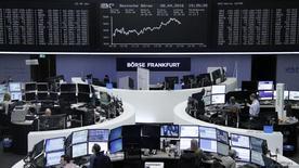 Operadores trabajando en la Bolsa de Fráncfort, Alemania. 8 de abril de 2016. Las bolsas europeas revirtieron sus pérdidas tras la apertura de sesión y subían el lunes gracias al avance de los bancos italianos y de los valores del sector minero.  REUTERS/Staff/Remote