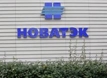 Логотип Новатэка на здании, в котором расположен офис продаж компании, в Москве. 16 сентября 2012 года. Входящие в первую тройку российских банков - Сбербанк и Газпромбанк подписали с компанией Ямал-СПГ кредитный договор на сумму 3,6 миллиарда евро, сообщил Новатэк. REUTERS/Maxim Shemetov