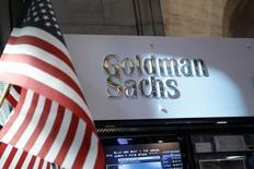 Отдел Goldman Sachs на фондовой бирже в Нью-Йорке. 16 июля 2013 года. Goldman Sachs Group согласился выплатить $5,06 миллиарда на урегулирование претензий о том, что он дезориентировал инвесторов в ипотечные облигации в период финансового кризиса, сообщило министерство юстиции США в понедельник. REUTERS/Brendan McDermid