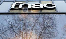 L'arrivée surprise du groupe Vivendi au capital de la Fnac à hauteur de 15% apporte au distributeur de produits culturels la flexibilité financière qui lui manquait pour bâtir sa surenchère sur Darty. /Photo prise le 22 mars 2016/REUTERS/Régis Duvignau