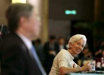 La economía de la eurozona crecerá más lentamente de lo que se esperaba y la inflación sólo crecerá gradualmente, dejando en manos del Banco Central Europeo la responsabilidad de continuar con una política monetaria ultralaxa para el futuro cercano, dijo el martes el FMI.  En la imagen, directora ejecutiva del FMI, Christine Lagarde, durante una sesión en un fórum en Pekín, China, el 20 de marzo de 2016. REUTERS/Shu Zhang