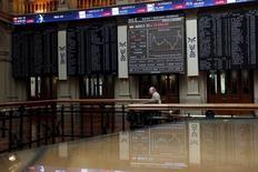 El Ibex-35 cerró el martes al alza impulsado por los valores ligados al petróleo y otras materias primas, gracias a una renovada subida del precio del crudo, mientras los grandes valores apuntalaron unas subidas que fueron limitadas por la debilidad de la banca mediana. En la imagen, un operador camina por la Bolsa de Madrid, España, el 30 de junio de 2015. REUTERS/Susana Vera