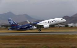 Foto de archivo de un avión de LAN despegando del aeropuerto de Santiago. Ene 27, 2016. LATAM Airlines buscará convertirse en uno de los tres mayores grupos aéreos del mundo al 2018 apoyado en una amplia red y costos competitivos, pese al complejo escenario económico regional y los adversos resultados de los últimos años. REUTERS/Ivan Alvarado