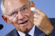 """Foto de archivo del ministro de finanzas alemán, Wolfgang Schaeuble, durante una conferencia de prensa en Berlín, Alemania. 5 de noviembre de 2015. Las tasas de interés del Banco Central Europeo en mínimos históricos están provocando """"problemas extraordinarios"""" a los bancos y pensionados alemanes y existe el riesgo de que erosione el apoyo de los votantes a la integración europea, dijo a Reuters el ministro alemán de Finanzas, Wolfgang Schaeuble. REUTERS/Hannibal Hanschke"""