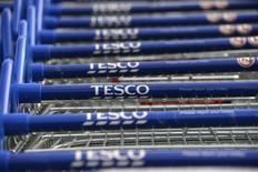 Tesco, premier distributeur britannique, affiche des ventes trimestrielles en hausse en Grande-Bretagne, pour la première fois depuis plus de trois ans. /Photo d'archives/REUTERS/Paul Hackett