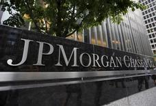 JPMorgan Chase & Co, première banque des Etats-Unis par les actifs, a annoncé mercredi une baisse de 6,7% de son bénéfice net trimestriel, conséquence d'une augmentation des provisions sur des créances liées au secteur de l'énergie et de la diminution des revenus de trading et de banque d'investissement. /Photo prise le 20 mai 2015/REUTERS/Mike Segar
