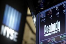 Экран с котировками и информацией об акциях Peabody Energy на Нью-Йоркской фондовой бирже 16 марта 2016 года. Крупнейшая частная угледобывающая компания мира Peabody Energy Corp подала заявление о банкротстве в среду из-за резкого падения цен на уголь, не сумев обслуживать долг, взятый на недавнее расширение добычи в Австралии. REUTERS/Brendan McDermid