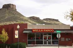 """Wells Fargo est la seule grande banque américaine dont l'importance pour le système financier mondial a augmenté """"de manière importante"""", selon l'organe américain chargé de cette évaluation. L'Office of Financial Research (OFR), rattaché au département américain du Trésor, a évalué l'importance systémique des plus grandes banques mondiales à partir des données de 2014 du comité de Bâle sur la supervision bancaire.    /Photo d'archives/REUTERS/Rick Wilking"""