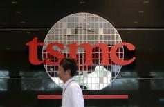 Taiwan Semiconductor Manufacturing Co Ltd (TSMC), premier sous-traitant mondial des semi-conducteurs table désormais sur une hausse de 7% des livraisons mondiales de smartphones cette année, contre 8% prévus en début d'année, les consommateurs demandant de plus en plus souvent des combinés bon marché. /Photo d'archives/REUTERS/Pichi Chuang