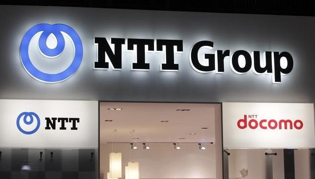 4月14日、NTT(写真)が計画している固定電話のIP網への移行について議論している総務省の有識者会議は会合を開き、NTTとKDDI、ソフトバンクから意見を聞いた。2011年10月撮影(2016年 ロイター/Denis Balibouse)