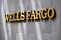 """El logo del banco Wells Fargo, en el centro de Denver. 13 de abril de 2016. El prestamista estadounidense Wells Fargo & Co reportó una caída del 7 por ciento en sus ganancias trimestrales porque decidió separar más de 1.000 millones de dólares para cubrir préstamos incobrables, argumentando que su cartera energética aún permanece bajo """"fuerte presión"""". REUTERS/Rick Wilking"""