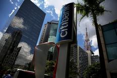 Citigroup fait état d'une baisse de 27% de son bénéfice du premier trimestre, le recul le plus marqué des banques américaines qui ont déjà publié leurs résultats, sous le coup notamment de provisions passées pour couvrir des pertes sur des prêts consentis au secteur énergétique. /Photo prise le 19 février 2016/REUTERS/Nacho Doce