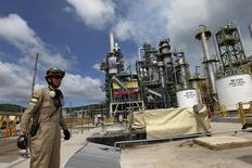 En la imagen de archivo, se muestran trabajadores petroleros frente a la refinería Esmeraldas en Ecuador. 17 de diciembre de 2015. La producción de petróleo de Ecuador no ha sido afectada por el fuerte terremoto que azotó el sábado el país, pero las autoridades han suspendido la actividad de la refinería Esmeraldas y de poliductos por precaución.  REUTERS/Guillermo Granja/Files